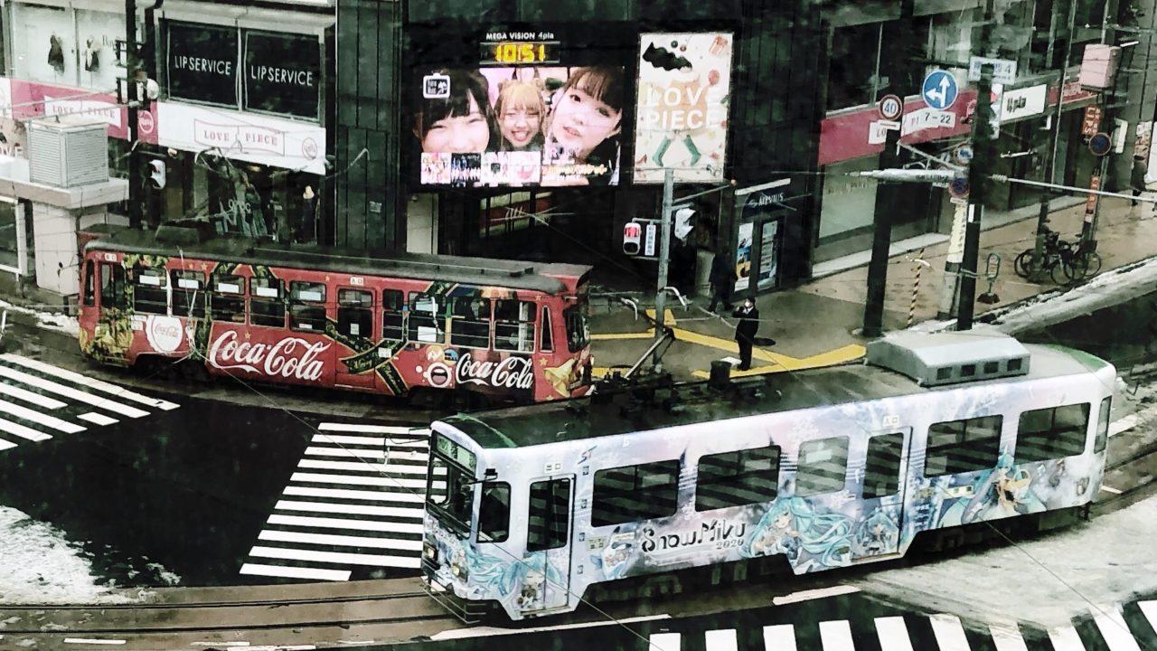 クリスマス電車と雪ミク電車がすれ違う冬の札幌インスタ映えスポット