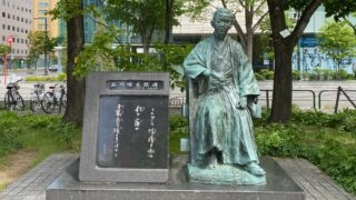 大通公園の「石川啄木像と歌碑」はビルと緑に囲まれた明治浪漫だ